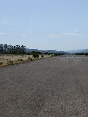 La pista dell'aeroporto abbandonato di Olbia. VAI ALLE FOTO